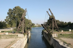 Pont Van-Gogh et maison pontière - Deutsch: Die Van-Gogh-Brücke bei Arles.
