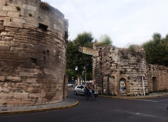Porte de la Cavalerie - English: Arles, France. City gate Porte de la Cavalerie.