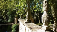 Château - English: Sculptures in the garden of the Château de La Barben