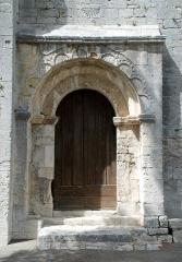 Chapelle de Saint-Marcellin - Français:   France - Provence - St-Marcellin de Boulbon: portail à archivolte polylobée