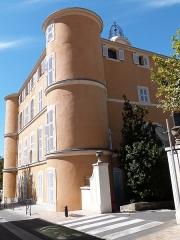 Château d'Albertas - Français:   Façade avec tours de l\'Hôtel de Ville de Gémenos (Bouches-du-Rhône) donnant sur la rue du Maréchal des Logis Planzol
