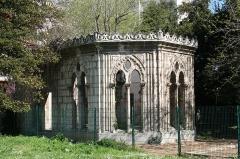 Arsenal des Galères , actuellement entrepôt - Français:   Bâtiment inscrit qui a été pris pour une mosquée de l\'arsenal des galères, en fait chapelle construite vers 1860 et transférée dans le jardin située au 584 avenue du Prado à Marseille.