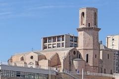 Eglise et baptistère Saint-Laurent -  L'église Saint-Laurent est une église de style roman provençal située dans le 2e arrondissement de Marseille à proximité du fort Saint-Jean, sur une butte à laquelle elle a donné son nom. Elle est la paroisse des pêcheurs de Marseille. Devant l'église, une passerelle non visible sur la photo mène au fort Saint-Jean (MuCEM) Source Wikipedia fr.wikipedia.org/wiki/%C3%89glise_Saint-Laurent_de_Marseille