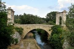 Pont Flavien - Deutsch: Die Pont Flavien ist eine Römerbrücke in Saint-Chamas im Département Bouches-du-Rhône, Provence-Alpes-Côte d'Azur (Frankreich).