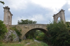 Pont Flavien - English: Pont Flavien,  late 1st century BC Roman bridge across the River Touloubre in Saint-Chamas, France