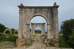 Pont Flavien - English: Pont Flavien,  late 1st century BC Roman bridge across the River Touloubre in Saint-Chamas, France