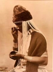 Grand mas - English: A witch doctor taking snuff.  Alfred Duggan-Cronin. South Africa, early 20th century. The picture is housed in the Wellcome Collection and is on display. The original black&white picture is ©Wellcome Trust.