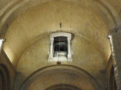 Eglise - English: Barrel vault and shrine