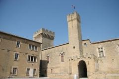 Château de l'Empéri - Français:   Cour intérieure du Château de l\'Empéri à Salon-de-Provence (Bouches-du-Rhône, France)
