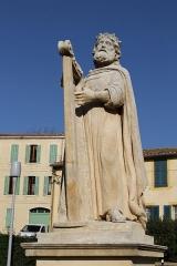 Eglise Saint-Laurent - English: Statue of David near the collegiate church Saint-Laurent in Salon-de-Provence (Bouches-du-Rhône, France)