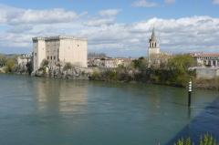 Abbaye Saint-Honorat (vestiges de l'ancienne) - Français:   Vue sur le château et l\'église depuis le milieu du Rhône (sur le pont) (la ville est Tarascon).