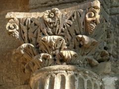 Chapelle et Tour Saint-Gabriel - Français:   Chapelle Saint-Gabriel - Chapiteau du portail occidental