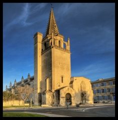 Eglise Sainte-Marthe -  Gethere  a large view! Tarascon  est une commune française, située à l'extrémité Ouest du département des Bouches-du-Rhône et de la région Provence-Alpes-Côte d'Azur. Ses habitants sont appelés les Tarasconnais. Situé en bordure du Rhône, à la croisée des chemins entre Avignon, la Camargue et le Luberon, Tarascon est encore aujourd'hui associée aux contes et légendes dont elle fut, paraît-il, le théâtre dans les années 48 après JC. La tradition raconte que Marthe, venant de Palestine, débarqua à Tarascon où sévissait alors la Tarasque, un terrible monstre amphibien. La Sainte dompta courageusement et miraculeusement le monstre. Depuis de nombreux pèlerins visitent la Collégiale Royale Sainte Marthe, construite en son honneur non loin du château du roi René. Ce sanctuaire, principal monument de la ville, renferme en effet les reliques et le tombeau de Sainte Marthe, dans la crypte, qui fut bâtie sur l'emplacement exact de sa maison. Notons l'exceptionnelle richesse artistique, architecturale, historique qui contribue à faire de la Collégiale Royale Sainte Marthe une des plus belles églises de Provence. Le château est exceptionnellement bien conservé, c'est l'un des plus beaux châteaux médiévaux de France. Ce palais, commencé en 1400 par Louis II d'Anjou et terminé par son fils le roi René, a de majestueuses allures féodales: vous vous sentirez tout petit à son entrée! Doté d'un impressionnant système défensif, il abrite également l'intérieur élégant d'une résidence princière. Tarascon inspira d'autres contes, en particulier la célèbre histoire de Tartarin de Tarascon, illustre personnage né sous la plume d'Alphonse Daudet en 1872. Une maison, située dans le centre-ville, lui est dédiée. Visitez-la après avoir découvert les vieilles rues pittoresques et charmantes de la ville, parmi lesquelles la rue des Halles à arcades, la rue Arc de Boqui (entièrement couverte) et la rue des Juifs. Tarascon est également fière d'avoir le musée des célèbres t