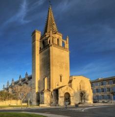 Eglise Sainte-Marthe -  Tarascon  est une commune française, située à l'extrémité Ouest du département des Bouches-du-Rhône et de la région Provence-Alpes-Côte d'Azur. Ses habitants sont appelés les Tarasconnais.