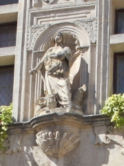 Hôtel de ville - English: Cropped version of a photograph of the facade of the Town Hall of Tarascon, showing a statue of Martha and the Tarasque