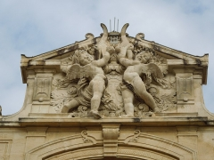 Théâtre municipal - English: Statues of angels on the facade of Théâtre de Tarascon. Work by Jean Barnabé Amy