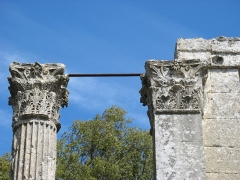 Temple de la Maison-Basse dit de Château-Bas - English: two corinthian capitals of the Roman temple of Château-Bas near Vernègues in Southern France