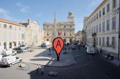 Cirque romain de la presqu'île - English: The sculpture 'Map' in the market place of Arles, France during the show Rencontres Arles, 2011