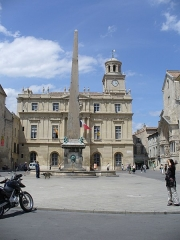 Cirque romain de la presqu'île - Deutsch: Rathaus-Hotel de Ville(1675-1684)-Place de la Republique dessen Mitte ein Brunnen u.ein aus Ägypten stammender Obelisk krönt-Arles