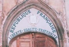 Eglise Saint-Pancrace - Français:   Devise nationale sur le tympan d\'une église.  Église Saint Pancrace à Aups dans le département du Var  Auteur: Greudin, 2004  Licence: Domaine public
