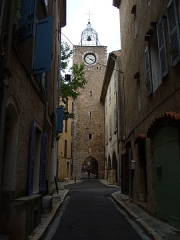Tour de l'Horloge - English:   Rue de l\'horloge, Aups. The clock was built in the XVIth century. The south-east side of the clock is visible.