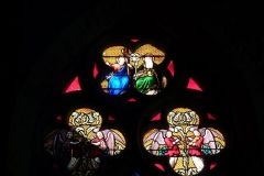 Eglise collégiale Notre-Dame dite aussi collégiale Saint-Marcel - Deutsch: Katholische Pfarrkirche Notre-Dame-de-l'Assomption in Barjols, einer Gemeinde im Département Var in der französischen Region Provence-Alpes-Côte d'Azur, Bleiglasfenster, Maßwerk des Chorfensters, Darstellung: Heilige Dreifaltigkeit