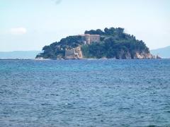 Fort de Brégançon et îlot qui le supporte - English: Fort de Brégançon from West