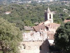 Eglise paroissiale Saint-Michel -  Vue du village de Grimaud (Var) de son château.