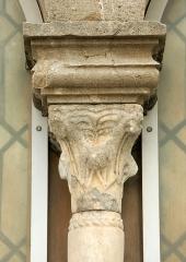 """Chapelle Saint-Blaise dite """"Tour des Templiers"""" -  Hyères, tour Saint-Blaise ou tour des Templiers (fin XIIe s.). Détail d'une fenêtre géminée: la colonette centrale."""