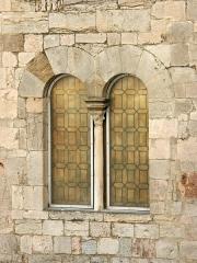 """Chapelle Saint-Blaise dite """"Tour des Templiers"""" -  Hyères, tour Saint-Blaise ou tour des Templiers. Détail d'une fenêtre géminée."""