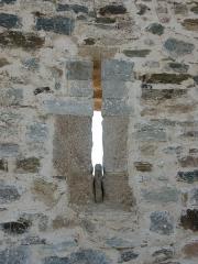 Château -  Archère d'une des tours (tour 2 en partant du château) de la première enceinte médiévale de la ville d'Hyères. Cette enceinte ne serait pas antérieure au XIIIe siècle.