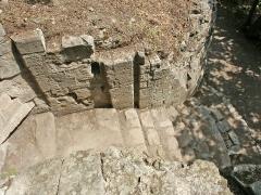 Château -  Entrée principale du château médiéval d'Hyères. Elle était encadrée par deux tours rondes et donnait directement sur la ville haute. La photo est prise de l'intérieur en plongée.