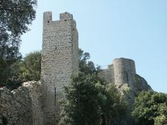 Château -  Courtine et tour de la première enceinte médiévale de la ville d'Hyères (premier plan) à sa jonction avec le château proprement dit dont on aperçoit la tour la plus septentrionale (second plan). L'enceinte ne serait pas antérieure au XIIIe siècle. Vue extra-muros. Détail.