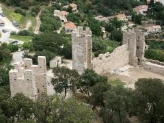 Château -  Portion nord de la courtine de la première enceinte médiévale de la ville d'Hyères. Il s'agit du tronçon proche de l'angle nord-est du château et qui inclut les première, deuxième et troisième tours en partant de celui-ci. Cette enceinte ne serait pas antérieure au XIIIe siècle.