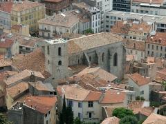 Eglise Saint-Paul -  Hyères, église Saint-Paul. Elle est citée pour la première fois en 1182 dans un acte du comte de Provence Alphonse 1er. Elle est citée ensuite en 1221 comme église paroissiale. Elle a été érigée en collégiale en 1572. La photo a été prise depuis le point de vue du château.
