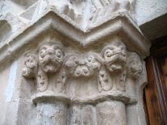 Eglise - English: Ollières - Var - France - Saint-Anne church (columns chapiteaux leftside)