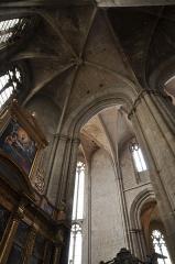 Basilique Sainte-Marie-Madeleine£ - Deutsch: Basilika Sainte-Marie-Madeleine de Saint-Maximin-la-Sainte-Baume: Blick in die nördliche Seitenapsis und den Chor