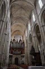 Basilique Sainte-Marie-Madeleine£ - Deutsch: Basilika Sainte-Marie-Madeleine de Saint-Maximin-la-Sainte-Baume: Blick durch das Langhaus nach Westen