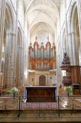 Basilique Sainte-Marie-Madeleine£ - Deutsch: Hauptschiff der Basilique Sainte-Marie-Madeleine in Saint-Maximin-la-Sainte-Baume, Ansicht nach hinten mit Orgel