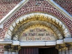 Eglise  et tour attenante - Nederlands: Chronogram boven de ingang van de dorpskerk in Spalbeek