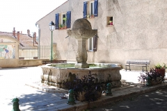 Fontaine - Deutsch: 83690 Salernes (Var), Brunnen auf dem Place de la Révolution.