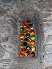 Chapelle Notre-Dame de la Pépiole - Français:   Ce vitrail vu depuis l\'intérieur de la chapelle a été réalisé avec des fonds de bouteilles de couleurs différentes