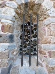 Chapelle Notre-Dame de la Pépiole - Français:   L\'aspect extérieur du vitrail obtenu par la juxtaposition des fonds de bouteilles est bien différent de l\'aspect rendu à l\'intérieur