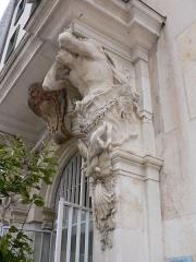 Ancien Hôtel de ville, actuellement office de tourisme - Français:   Caryatides de Pierre Puget devant l\'Hôtel de Ville de Toulon