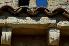 Chapelle de la Madeleine - Deutsch: Romanische Kapelle Sainte-Madeleine in Bédoin, einer Gemeinde im Département Vaucluse in der französischen Region Provence-Alpes-Côte d'Azur, mit Relief versehene Gesimsplatten auf Kragsteinen