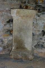 Chapelle de la Madeleine - Deutsch: Romanische Kapelle Sainte-Madeleine in Bédoin, einer Gemeinde im Département Vaucluse in der französischen Region Provence-Alpes-Côte d'Azur, gallo-römischer Altar, der Gottheit Uxsacanus geweiht