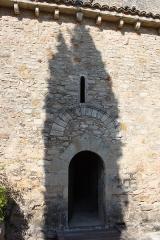 Chapelle de la Madeleine - Deutsch: Romanische Kapelle Sainte-Madeleine in Bédoin, einer Gemeinde im Département Vaucluse in der französischen Region Provence-Alpes-Côte d'Azur, Portal an der Südseite