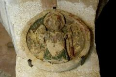 Chapelle de la Madeleine - Deutsch: Romanische Kapelle Sainte-Madeleine in Bédoin, einer Gemeinde im Département Vaucluse in der französischen Region Provence-Alpes-Côte d'Azur, Schlussstein mit der Darstellung eines Bischofs, der das Heilige Zaumzeug in der Hand hält