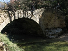 Pont à coquille franchissant l'Aigue-Brun - English: Old bridge with shell on the Aigue-Brun river