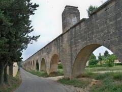 Aqueduc - Français:   Aqueduc du Canal de Carpentras, Vaucluse, France